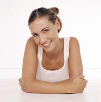 Junge Frau mit Invisalign stützt sich auf Arme ab