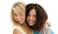 Zwei weibliche Teenager mit Invisalign